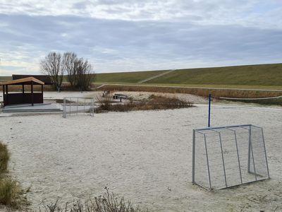 Bild Trockenstrand Upleward mit einem Volleybaldfeld