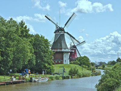 Bild Zwillingsmühlen Greetsiel vom Wasser