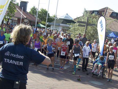 Trainer vom EWE Nordseelauf vor Läufern