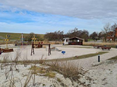 Bild Trockenstrand Upleward Spielplatz mit Rutschen und Bänken