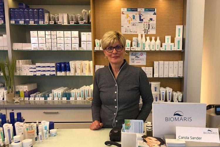 Bild von einer Frau mit Produkten der Firma Biomaris