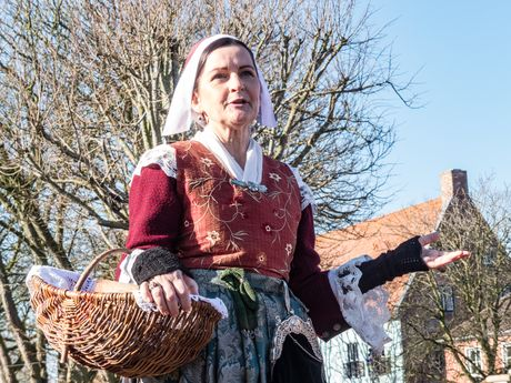 Kostümierte Schauspielerin Daje während der historischen Ortsführung