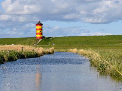 Bild Sehenswürdigkeiten Pilsumer Leuchtturm neuer Anstrich aus der Ferne