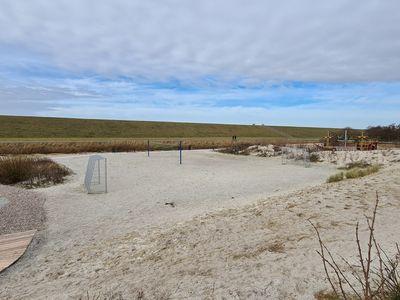 Bild Trockenstrand Upleward mit Sandflächen und Fußballtoren