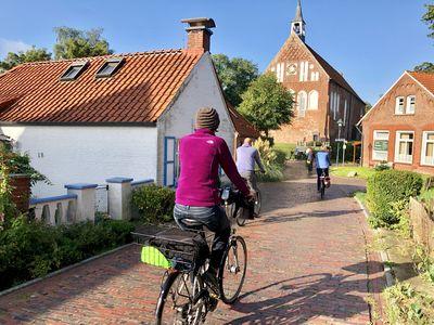 Bild Krummhörner Kirchturmtour Radfahrer von hinten