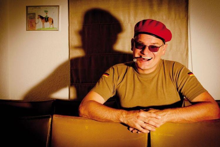 Komiker Holger Müller als Ausbilder Schmidt in Militäruniform und mit Sonnenbrille