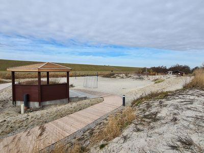 Bild Trockenstrand Upleward mit einer großen Düne aus Sand und Pflanzen