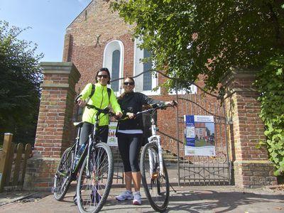 Bild Krummhörner Kirchturmtour Radfahrer vor Kirche