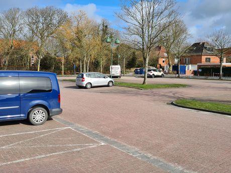 Die fläche des Parkplatzes in Greetsiel mit Autos