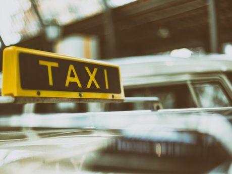 Ein gelbes Zeichen von einem Taxi für die Informationsplattform