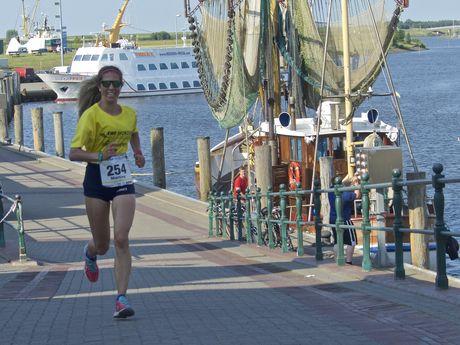 Läuferin beim EWE Nordseelauf im Hafen von Greetsiel